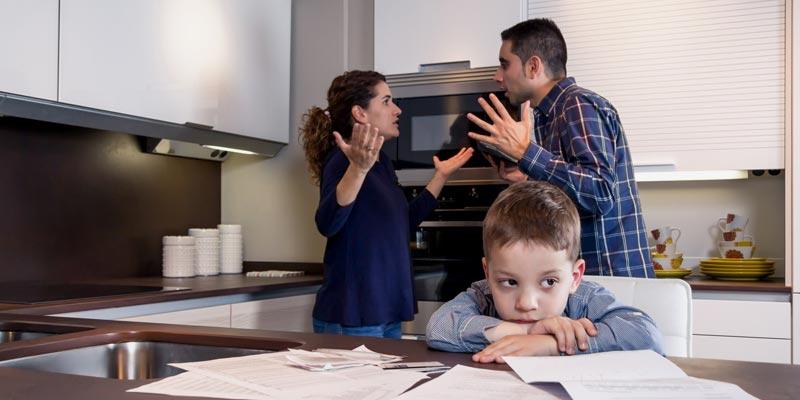 Три хитрости, с помощью которых мужья при разводе оставляют жен без квартиры